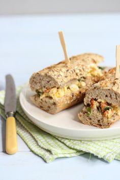 Sandwich met roerei, feta, prei en cherrytomaatjes - Lekker en Simpel