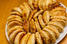 Día de la empanada salteña cómo preparar la receta autóctona #757Live Lunches And Dinners, Meals, Apple Pie, Almond, Sandwiches, Brunch, Food And Drink, Beef, Breakfast