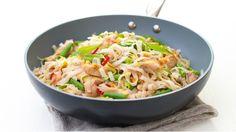 Rýžové nudle s kuřecím masem a zeleninou: Nudle dejte do mísy a zalijte je vroucí vodou. Přiklopené nechte 6–8 minut stát, aby změkly. Sceďte je a dejte stranou. Olej rozpalte ve wok pánvi, přidejte kuřecí kousky a opékejte je 2–3 minuty. Přidejte česnek, fazolky a chilli papričku a za občasného míchání opékejte další 2 minuty. Nakonec přidejte zelí, obě omáčky a nudle a společně 1 minutu prohřejte. Posypte arašídy a jarní cibulkou a podávejte. Wok, Potato Salad, Cabbage, Cooking Recipes, Potatoes, Bread, Vegetables, Ethnic Recipes, Kitchen