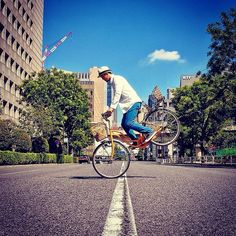 Your garden variety bicycle does all sorts of tricks in and around Tokyo in this fun series called Riding Pop by Mamoru Kanai. Bmx, Bike Magazine, Urban Cycling, Pop Photos, Photo Series, Photo Instagram, Stunts, Backdrops, Street View