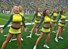 The Oregon Ducks have a really good football team, but their cheerleading squad is even better. Oregon Cheerleaders, Football Cheerleaders, College Football Teams, Best Football Team, Nfl Football, High School Cheerleading, Cheerleading Outfits, Cheerleader Images, The Sporting Life