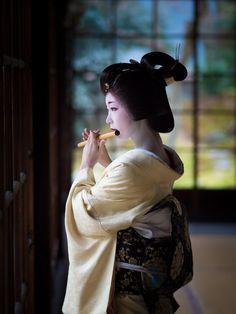 本堂が1743年に創建された「京都市指定文化財 立本寺」で『芸舞妓さん・プレミアム撮影会』を開催しました。参加の皆さんからオープンデータとしてご提供いただいた作品の写真集です。とし夏菜さん自身も写真をチェックされ公開の同意をいただいています。とし夏菜さんが選ぶ「とし夏菜賞」が決定しました。