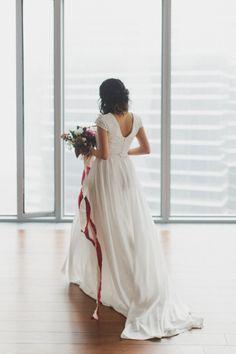 Современные высотные здания за окнами, окутанные туманом... На этом контрасте образ невесты, со струящейся юбкой и лентами из шёлка в букете, смотрится особенно нежно. #свадебноеагентствомосква #свадебноеагентствобеззабот #организациясвадеб #беззабот #свадебныйорганизатор #видео #свадебноевидео #свадебныеплатья #свадебныйбукет #флористика #декор #свадебныйдекор #полиграфия #люблюсвоюработу #утроневесты #невеста #свадьба #украшения #урбан #москвасити #листья #городскиетропики #урбан…