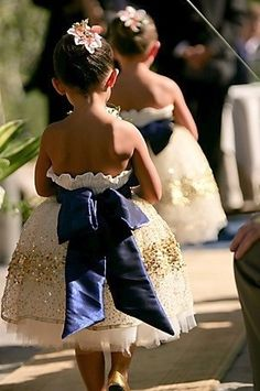 love the poofy flower girl dress and huge bow!!! so sweet!