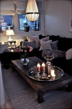 plateau marocain avec belles déco bougies allumées, table en bois rectangulaire,