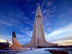 Catedral Hallgrimskirkja, ciudad de Reykjaviik, en Islandia; año 1974, altura 75 metros.