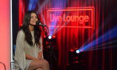 cotibluemos: Selena saliendo de la Radio 1 BBC en Londres, UK