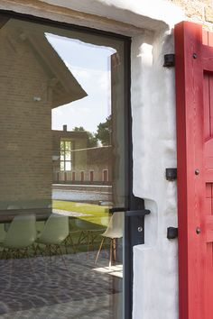 Renovatie van een oude hoeve en nieuwbouw van bijbehorend poolhouse en privé autoshowroom te Knokke. Bij dit project werden Schüco-ramen toegepast in combinatie met het minimalistische Vitrocsa om het licht optimaal toe te laten in de woning. Architect Stephane Boens is erin geslaagd om de landelijke architectuur te behouden in samenspel met hedendaagse materialen, zonder …
