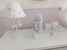 Abajur+de+Mesa+com+Laço+Provençal+Linda+opção+para+deixar+o+quartinho+de+sua+menina+ainda+mais+bonito+A+cúpula+pode+ser+rosa,+branca,+floral+ou+lilás.+Mede:+40cm R$ 125,00