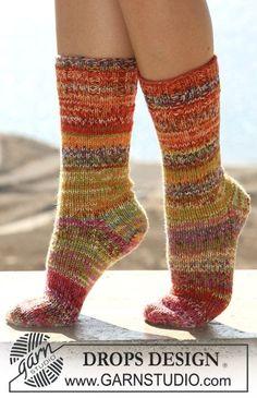 DROPS 106-21 - Sileäneuleiset DROPS sukat raidoilla ja joustimilla kaksinkertaisesta Fabel-langasta.