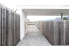 Schwellen-Raum / Entwurf Fischill Architekt Alpine Modern, Pergola, Garage, Furniture, Home Decor, Mockup, Carport Garage, Decoration Home, Room Decor