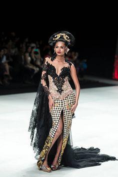 Malli esittelee malleja Anne Avantie kiitotiellä aikana Indonesiassa muotiviikolla 2014 päivä 4 Jakarta Convention Center 23. helmikuuta 2014 ...