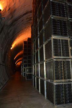 Túnel subterráneo lleno de  jaulas de botellas de vino de la Bodega Viña Real de Laguardia, Araba