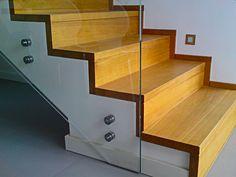 Drewniane schody z szybą