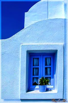 I'd love to live in a blue house Greek Blue, Everything Is Blue, Blue City, Blue Aesthetic, Blue Walls, Windows And Doors, Shades Of Blue, Ramen, Beautiful Places