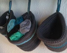 Opskrift på hæklet små hænge kurve | Crocheted hanging baskets free pattern. Baby Barn, Knit Crochet, Baby Shoes, Winter Hats, Slippers, Beanie, Purses, Knitting, Pattern