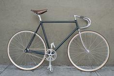 The Crankset is een custom bike om van te smullen Velo Retro, Velo Vintage, Retro Bike, Vintage Bicycles, Vintage Racing, Vintage Modern, Fixed Gear Bikes, Bike Speed, Push Bikes