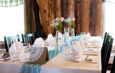 Kakkupaperista ja kartongista tehdyt pöytänumerot sopivat hyvin häiden teemaan. Numerot leimattu.  Wedding table numbers - doily paper / Kuva © Ankku Ronkanen