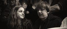 gif ron weasley rupert grint harry potter cute Black and White sad Hermione Granger Emma Watson crying Ron and Hermione dying-swan Ron E Hermione, Hermione Granger, Draco Malfoy, Hermoine And Ron, Hogwarts, Slytherin, Estilo Harry Potter, Harry Potter Set, Emma Watson