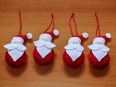 Kit com quatro enfeites para a árvore de Natal feitos em feltro em formato de Papai Noel.