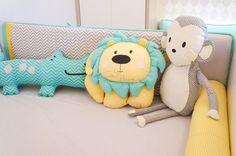 Kit de berço tema selva moderno e colorido. Almofadas Toy leãozinho, elefantinho, macaco e jacaré. Estampa chevron cinza, amarelo e azul tiffany - Tree House Baby & Kids