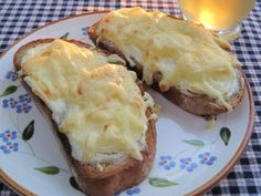 Baked onion bread The post Baked onion bread appeared first on Flammkuchen Toast. Easy Sandwich Recipes, Easy Dinner Recipes, Baked Onions, Onion Bread, Go Veggie, Quick Meals, Queso, Finger Foods, Tapas