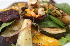 Spinatsalat med bagte grøntsager smager fantastisk godt og er velegnet som tilbehør til såvel fjerkræ som fisk, kød og vegetariske bønne- og linsebøffer. Chicken, Meat, Vegetables, Spinach Salads, Vegetable Recipes, Veggies, Kai