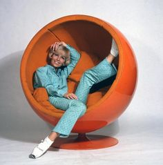 Ball Chair armchair by Finnish designer Eero Aarnio has made design history. The fact that the extravagant ball chair was designed in 1966 - a time when plastic was the new trend materia 60s Furniture, Mid Century Furniture, Furniture Design, Ball Chair, Egg Chair, Sillas Louis Ghost, Orange Power, Egg Sessel, Anos 60