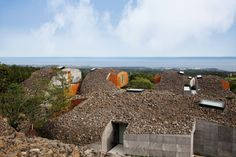 Japanese architect Kengo Kuma has translated the volcanic landscape of Jeju island into porous, pebble-like homes in the Art Villas of Lotte Jeju Resort. Green Architecture, Amazing Architecture, Contemporary Architecture, Architecture Design, Vernacular Architecture, Kengo Kuma, Villas, Jeju Island, Concrete Building