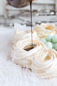Baiser-Osternester mit Schokoladencreme: In diesen kleinen Osternestern stecken Schokolade, Kokosflocken und Marzipaneier - ein luftiger Traum aus Eischnee und Zucker!