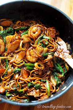 30 must eat dishes in Singapore - best Singapore food list Malaysian Cuisine, Malaysian Food, Malaysian Recipes, Prawn Noodle Recipes, Chinese Noodle Recipes, Hokkien Noodles Recipe, Singapore Noodles Recipe, Mie Goreng, Asian Street Food
