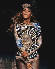 Beyonce in Versace Estilo Beyonce, Beyonce Style, Blue Ivy Carter, Beyonce Knowles Carter, Beyonce And Jay Z, Destiny's Child, Rihanna, Beyonce Performance, Elisabeth Ii