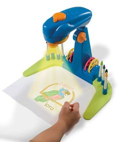 This terrific projector is both practical and fun for eager learners. A bright LED light provides a clear image they can use to trace and draw 27 letters, 10 numbers and 24 animal pictures and even write their name in English and Spanish.