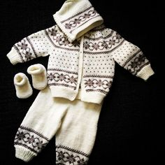 Discover thousands of images about Hentesett med inspirasjon fra Dale hefte nr 164 BEZ NÁVODU Baby Boy Knitting Patterns, Baby Sweater Patterns, Knitting For Kids, Knitting Designs, Baby Patterns, Toddler Cardigan, Baby Cardigan, Baby Overalls, Baby Set