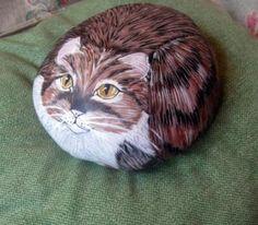 Gato pintado a mano sobre una piedra