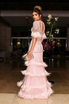 #sandrobarrosdresstoimpress #sandrobarros #sandrobarrossobmedida #ateliersandrobarros Thassia Naves Sandro Barros Sob Medida Vestido longo rosa com bordados prata, plumas e franjas.