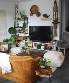 Home decoration bohemian apartment therapy 45 trendy ideas Mid Century Modern Living Room, Eclectic Living Room, Boho Living Room, Eclectic Decor, Living Room Modern, Living Room Designs, Bohemian Living, Bohemian Decor, Modern Bohemian