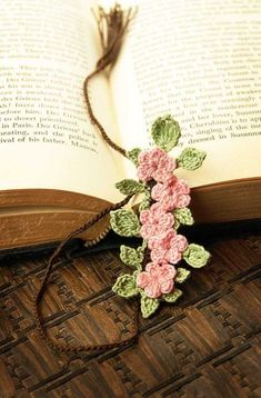 crochet bookmarks - Marque-page en crochet Crochet Bookmarks, Crochet Books, Love Crochet, Crochet Gifts, Crochet Motif, Irish Crochet, Crochet Flowers, Crochet Stitches, Knit Crochet