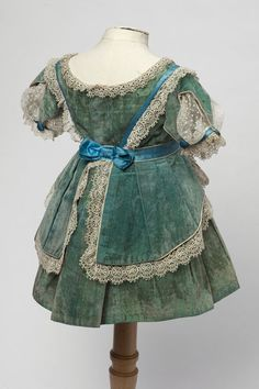 Child's dress 1870 back view