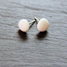 Kleine ovale Steckerchen aus weißem Porzellan. Zartes Schmuckstück von Hand gefertigt aus Porzellan und 925 Silber