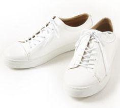 本革の白いスニーカー