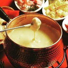 Boa Noite com aquele fondue de queijo para esse friozinho delicia  #fondue #Hannover #receita #food #foodporn #rain #cold #comida #saopaulo #sp #foodinsta #18dogui #receitas #beber #queijo #cheese by dicasgourmetbr http://ift.tt/1TpSjjh