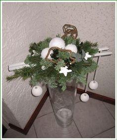 Voorbeeldkaart - Kerststuk op glazen vaas - Categorie: Bloemschikken - Hobbyjournaal uw hobby website