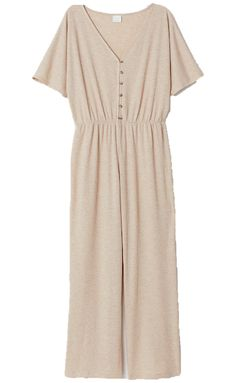 Sleep chic: Nachtwäsche für ein stilvolles Snooze-In Mode Summer Wardrobe, Capsule Wardrobe, Family Picture Outfits, Dressing, Grey Joggers, Beige Sweater, Piece Of Clothing, Nordstrom Dresses, Jumpsuits For Women