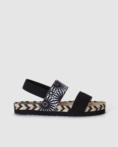 Sandalias planas de mujer de Desigual negras con print                                                                                                                                                                                 Más
