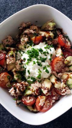 Tomaten-Avocado-Salat mit Hüttenkäse