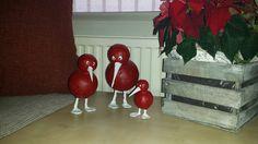 Vogeltjes (kiwi's) gemaakt van tempex ballen beplakt met papier maché