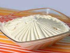 Réalisation de la crème au beurre par Chef Philippe. La liste des ingrédients ici : http://www.meilleurduchef.com/cgi/mdc/l/fr/recette/creme-beurre.html