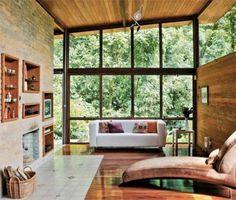 Sala e cozinha integradas ocupam o bloco social desta casa localizada na serr...