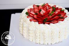 Pullahiiren leivontanurkka: Mansikkatäytekakku tuoreilla mansikoilla Sweetie Birthday Cake, 28 December, Healthy Recipes, Healthy Food, Biscuits, Birthdays, Sugar, Desserts, Foods